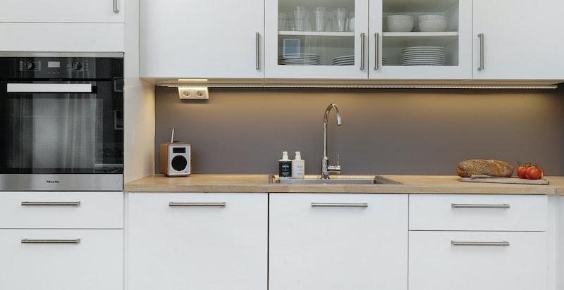 Lekkert kjøkken fra Strai med Miele hvitevarer