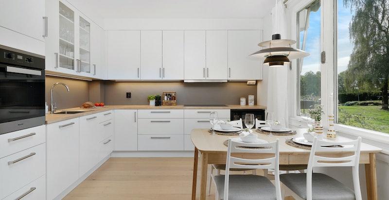Lekkert kjøkken med god plass til spisebord