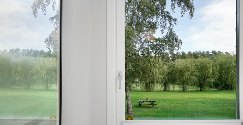 Soverommene vender ut mot stort grøntområde