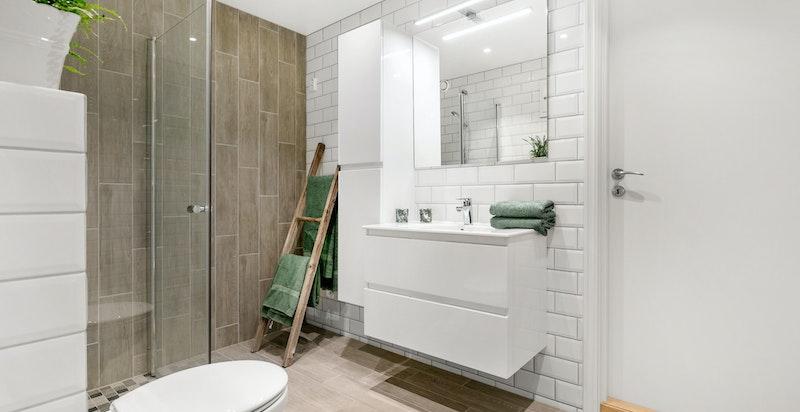 Badet har opplegg for oppvaskmaskin og tørketrommel.