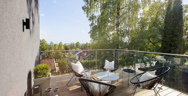 Fra balkongen har du nydelig utsikt over villabebyggelsen i området og ikke minst sjøen.