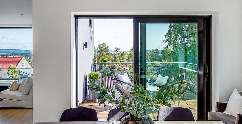 Det er store glassfasader på fremsiden av huset som slipper inn svært mye naturlig lys.