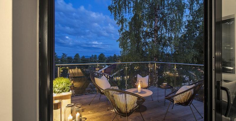 Fra stuen har du utgang til en fantastisk, syd vestvendt balkong med gode solforhold.
