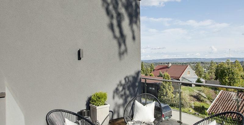 På terrassen og i inngangspartiet er det lagt vedlikeholdsfritt kebonygulv.