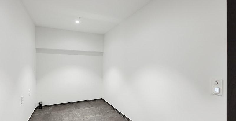 I tillegg huser underetasjen et vaskerom med flislagt gulv med varme.