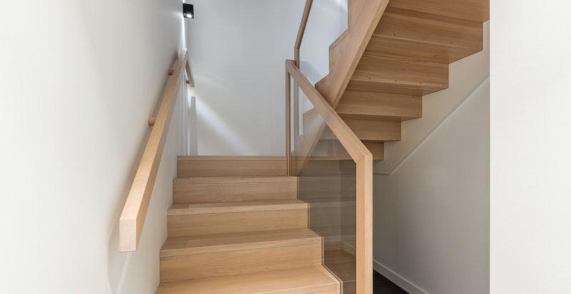 Videre har man trapp fra soveromsetasjen og ned til garasjen.