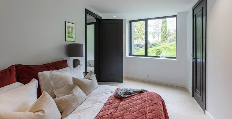 Svært romslig og delikat soveværelse med garderoberom.