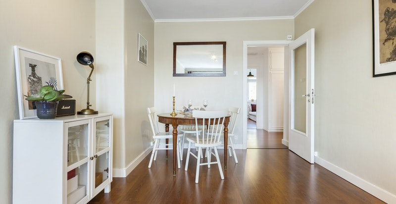 Det er god plass til både spisestue og sofaløsning i stuen.