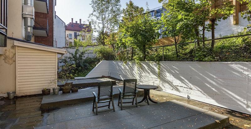 Fellesarealene bak bygget ligger vestvendt. Her kan du og dine venner finne veien dersom balkongene blir for små.