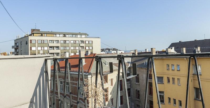 Balkongen mot øst ligger over bygningene i front og har gode  solforhold.