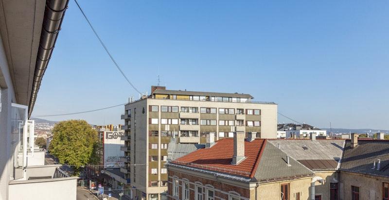 Da leiligheten ligger i 6.etasje ligger den høyt og fritt og har derfor lite støy fra veien.