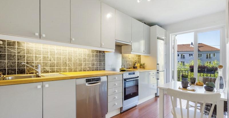 Leiligheten har et praktisk og moderne kjøkken med utgang til en særdeles hyggelig balkong mot bakkgård.