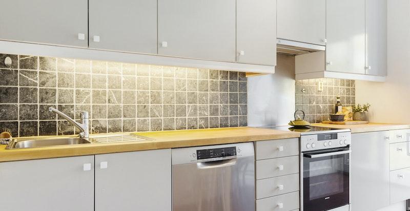 Kjøkkenet har hvitevarer som stekeovn, oppvaskmaskin og kjøleskap / fryser.Oppvaskmaskin og komfyr er nytt i 2018 og vil medfølge i handelen.