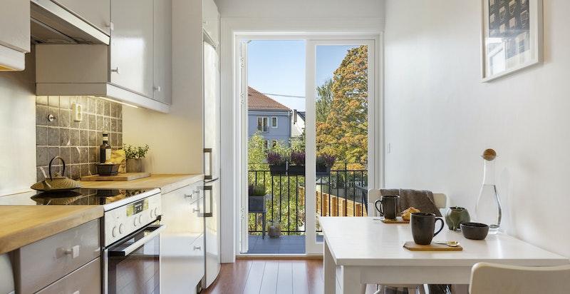 Stort og deilig spisekjøkken med utgang til en av boligens balkonger.