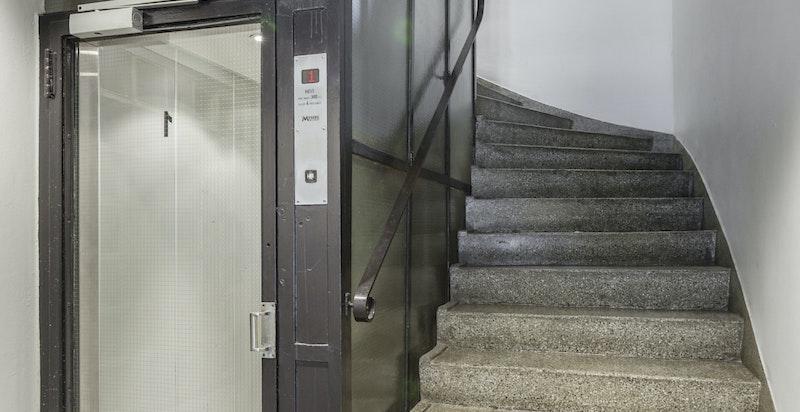 Leiligheten har i tillegg heisadkomst til etasjene. Trapperommene er svært pene og ble pusset opp i 2018.