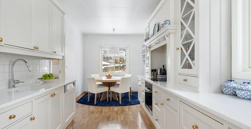 Klassisk, lekker kjøkken med spiseplass