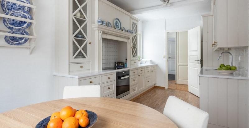 Rikelig med skap -og benkeplass på kjøkkenet