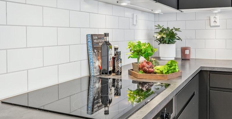 Kjøkkeninnredning med komfyr og induksjonstopp