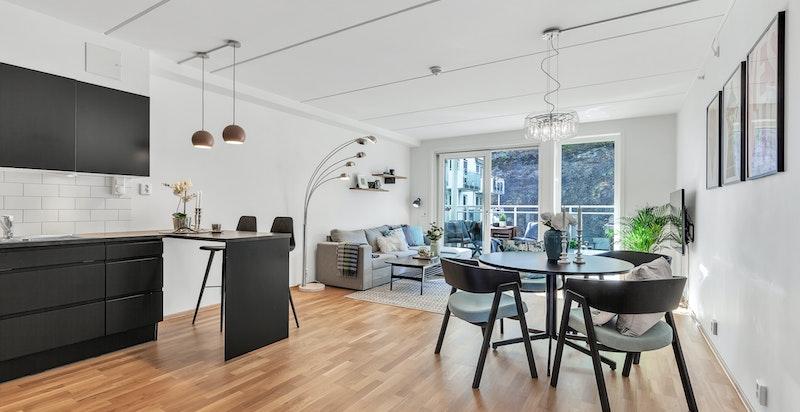 Stor åpen planløsning i kjøkken/stue/spisestue