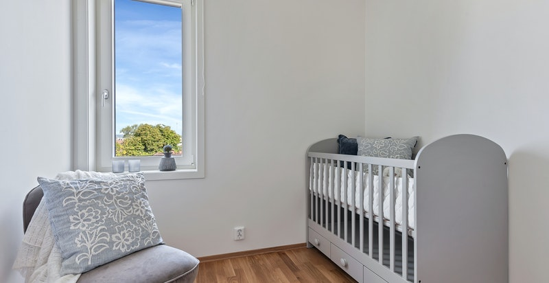 Leiligheten har tre soverom der ett eller to absolutt burde innredes som barnerom
