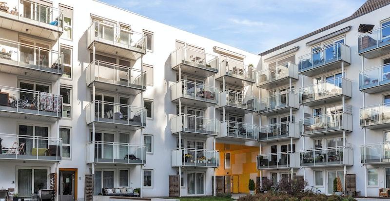 Grunnet mye sol er det montert solskjerming i alle leiligheter i 5. og 6. etg.