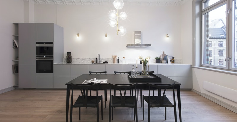 Kjøkkenet har en bredde på totalt 6 meter og ekstra dyp og tilpasset benkeplate på ca 70.cm.
