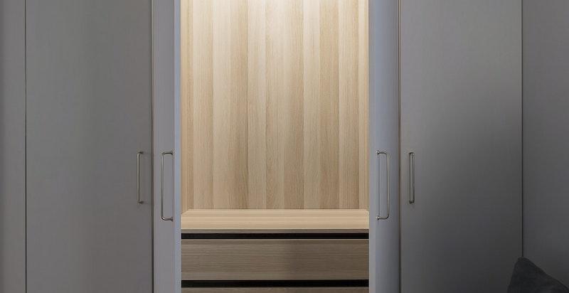 Garderobene er slipt ned og malt i samme farge som veggene. Dette gir garderobene et moderne preg.