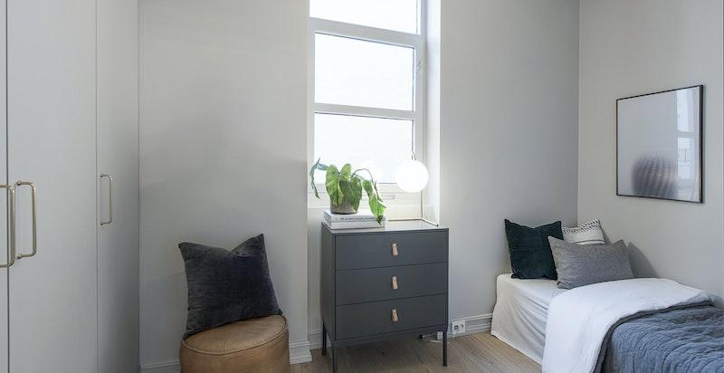 Leilighetens gjesterom / soverom II vender ut mot stille bakgård. Dette rommet har også godt med garderober, samt plass til 150 cm seng dersom dette er ønskelig.