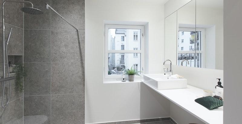 Nytt og svært delikat badeværelse. Dette rommet ble strippet helt ned og er pusset opp i sin helhet i 2018.