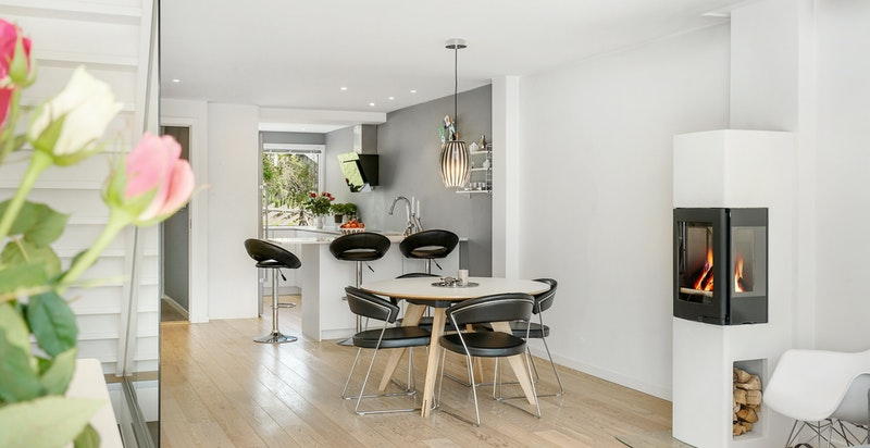God plass til spisebord i stuen