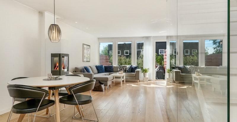 Lys, luftig stue med utgang til terrasse og hage
