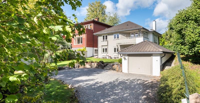 Eiendommen har en stor og solrik hage med gressplen og egen garasje.