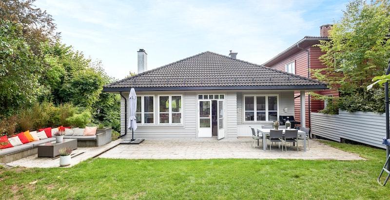 På baksiden av huset har du en en flott hage som er skjermet for innsyn.