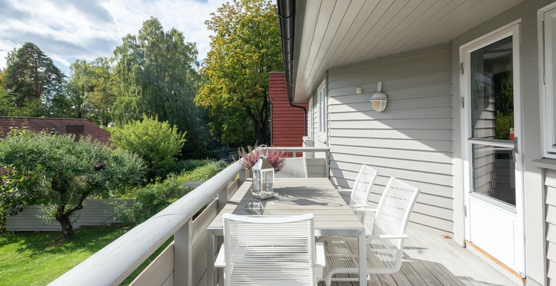 Direkte utgang fra kjøkkenet til hyggelig balkong med morgensol