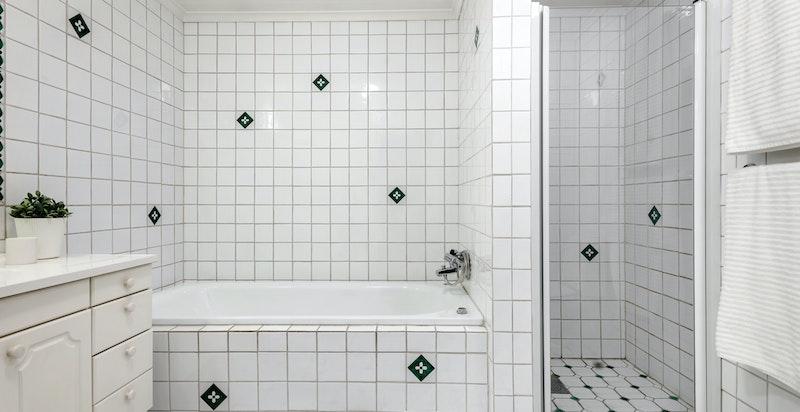 Hovedbadet ligger i tilknytning til hovedsoverommet og soverom II. Dette baderommet har badekar, servantskap og dusjnisje.