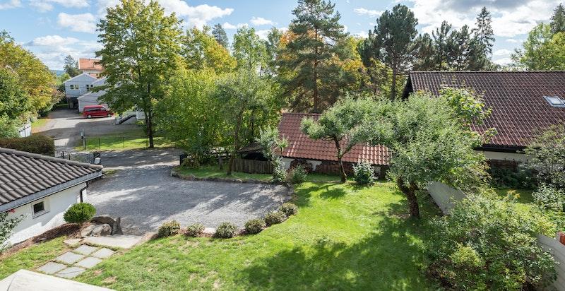 Fra balkongen og kjøkkenet har du hyggelig utsikt over din egen tomt og ditt nye nabolag.