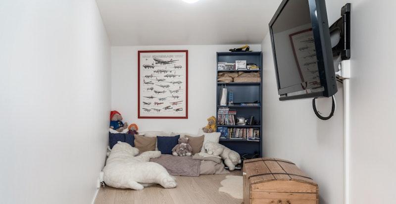 Disponibelt rom/bod med ventilasjon, innredet til TV-rom/lekerom