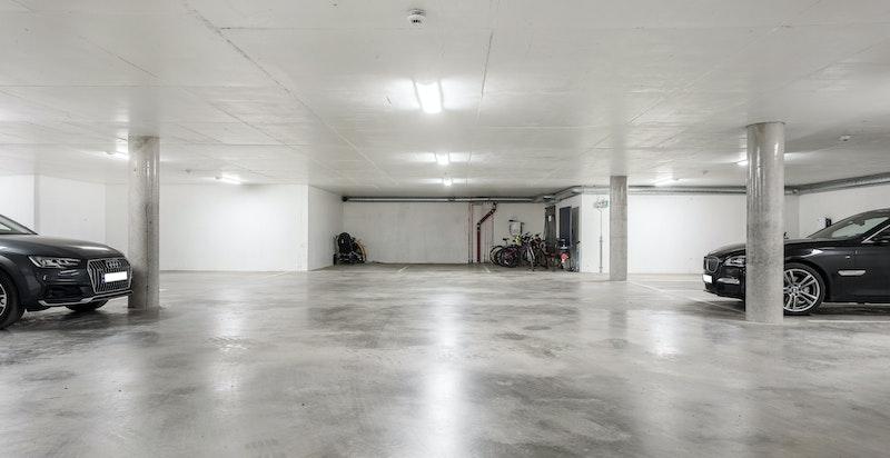 Oppvarmet underjordisk garasjeanlegg - det medfølger 2 plasser til denne seksjonen