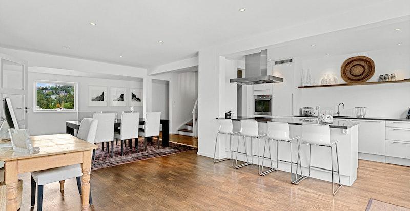 Stor stue/spisestue med åpen løsning mot kjøkkenet