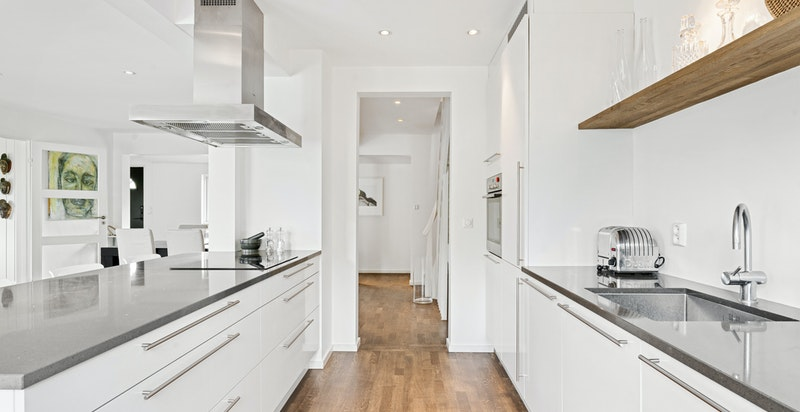 Kjøkkeninnredning fra HTH med moderne glatte laminerte skapfronter.