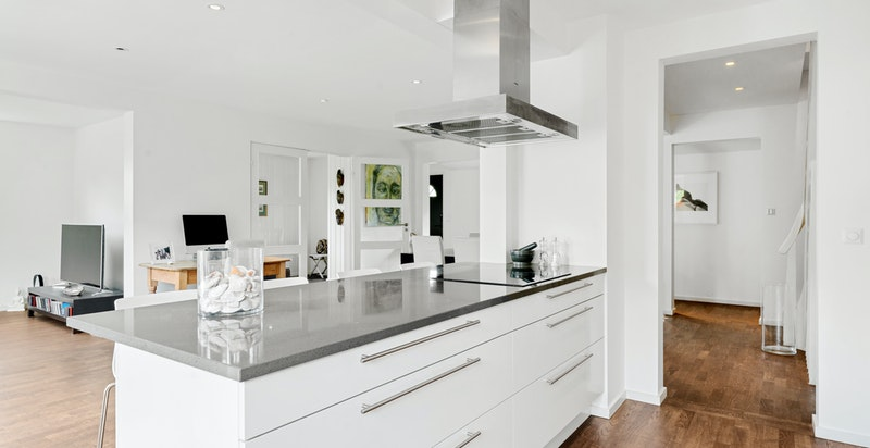 Den store kjøkkenøyen gir en fin avdeling mellom stue/spisestue og kjøkken