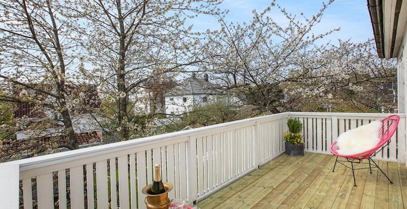 Solrik og stor balkong - her har du plass til både solseng og lounge