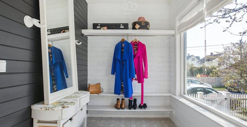 Særdeles lyst og flott vindfang med god plass til yttertøy, og varmekabler i gulv med vakre Ulfven designfliser.