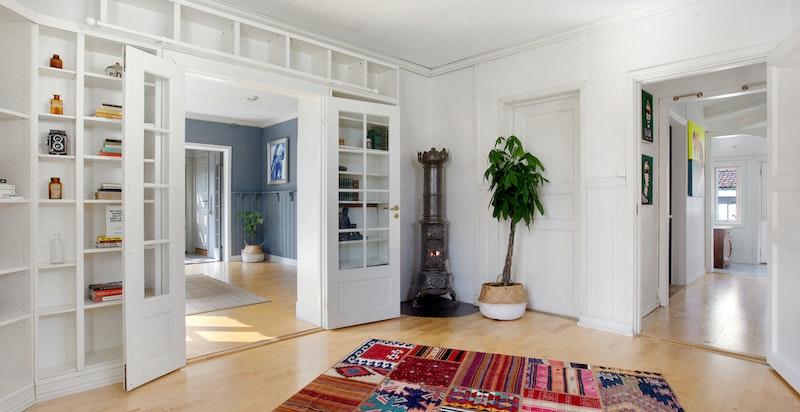 Denne tredje stuen er også lys, gode vinduer og åpninger.