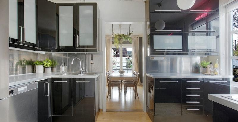 Stilfullt og tidsriktig kjøkken med integrerte hvitevarer.