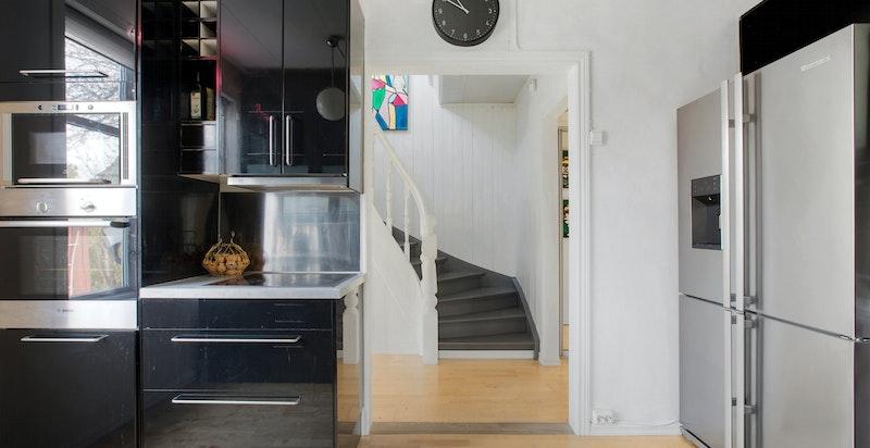 Det er to innganger til 1.etasjen, og fra kjøkkenet er det videre til gangen som enten tar deg ut i hagen eller opp i 2.etasjen.