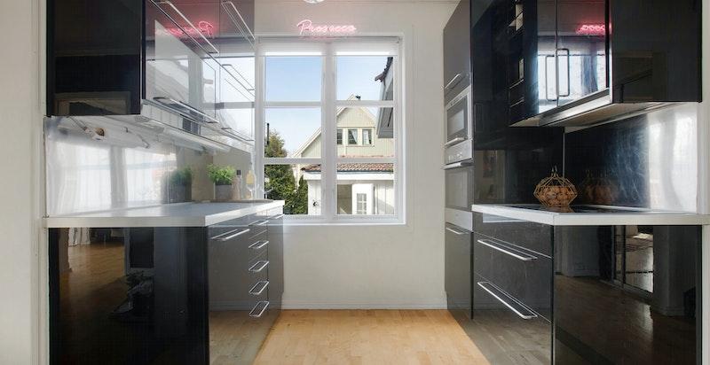 Kjøkkenet har et flott vindu som gir flott utsyn mot hagen og annekset.