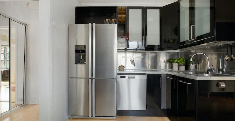 Kjøkkenet er separat, men i perfekt tilknyttning til spisestuen.
