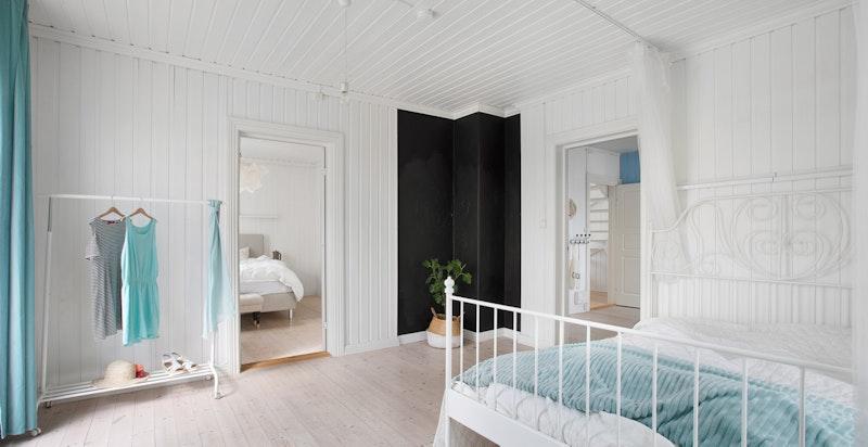 Dette soverommet er også at veldig god størrelse, herlig takhøyde og flott lysinnslipp