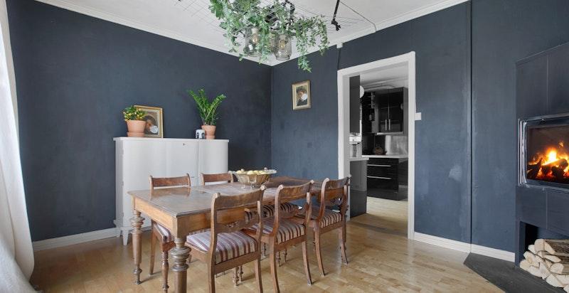 Stemningsfull spisestue med Nordpeis, god plass til langbord og utgang til terrasse ca. 23 kvm.